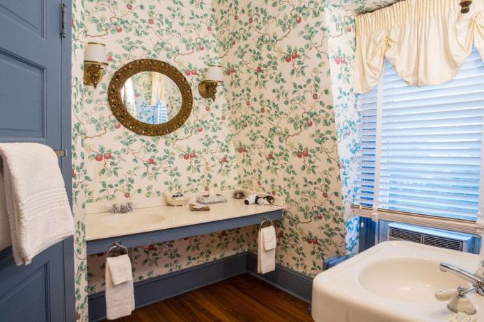 Ванная с жалюзи и круглым зеркалом