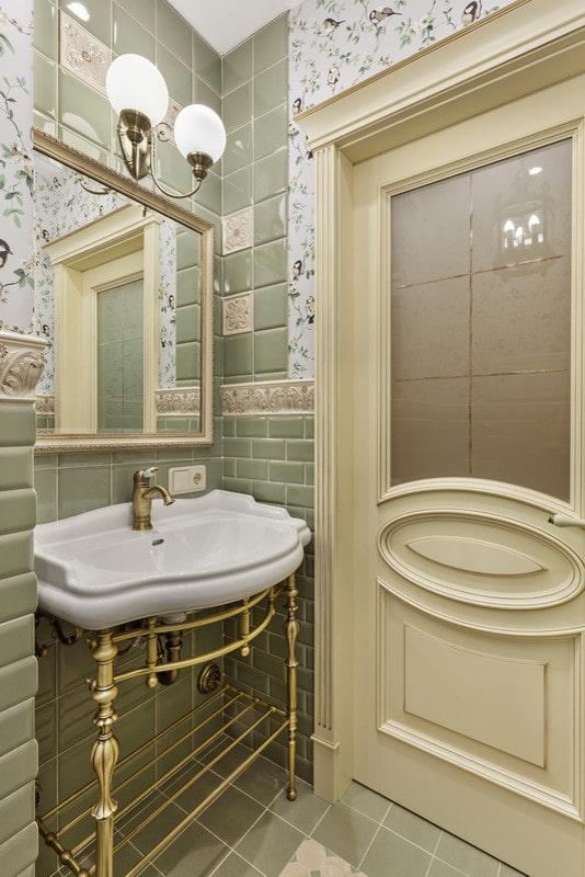 Раковина на металлических ножках в ванной