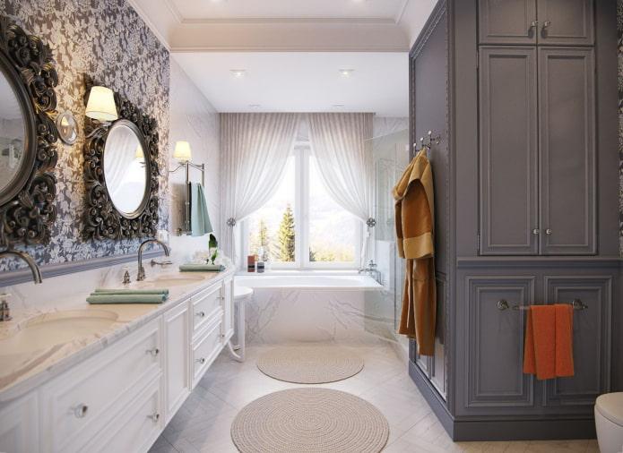 Коврики и резные зеркала в ванной