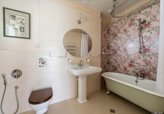 Узорная акцентная стена в ванной