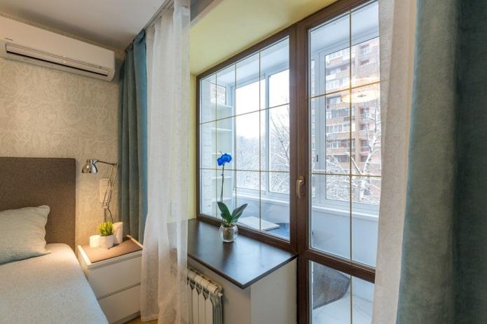 Спальня в комнате с балконом