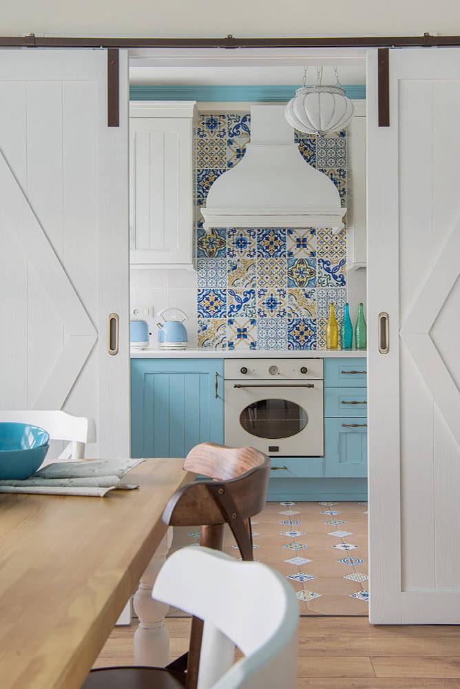 Голубая кухня за дверями