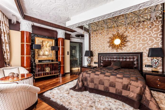 Колонны в спальне, лепнина на потолке