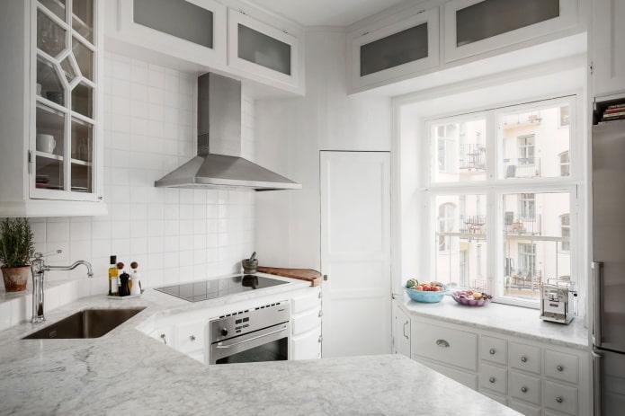 Белая кухня со множеством углов