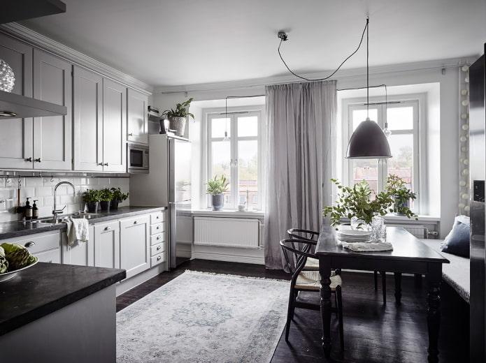 Кухня-гостиная с классическими фасадами