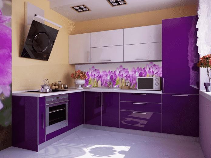 дизайн кухни в фиолетовых тонах с желтыми акцентами