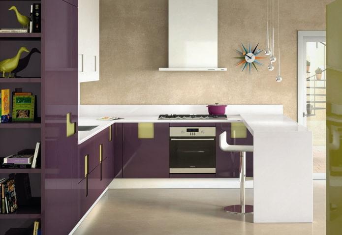 дизайн кухни в бежево-фиолетовых тонах
