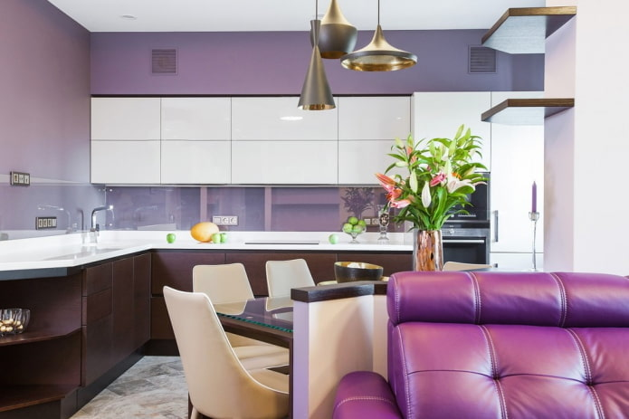 декор и освещение в интерьере кухни в фиолетовых тонах