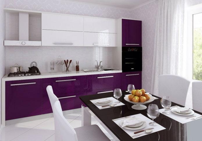 дизайн кухни в бело-фиолетовых тонах