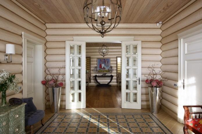 дизайн прихожей в интерьере бревенчатого дома