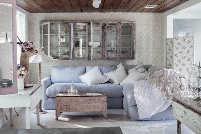 обои и деревянный потолок