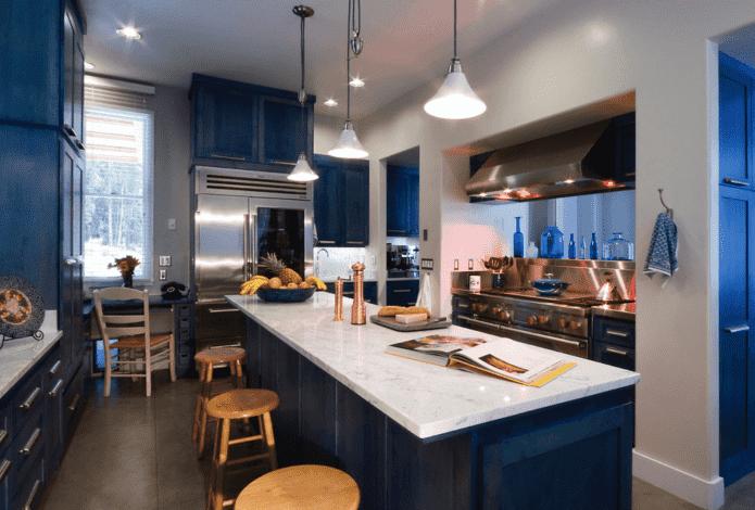 рабочая зона в интерьере кухни в синих тонах