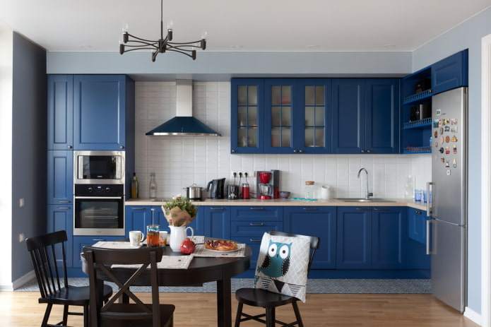 обеденная зона в интерьере кухни в синих тонах