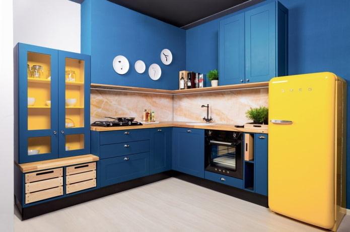 интерьер кухни в синих тонах с яркими акцентами
