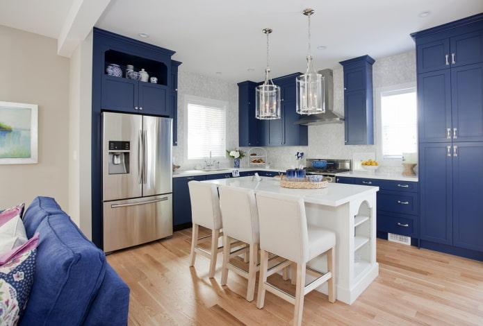 бытовая техника в интерьере кухни в синих тонах