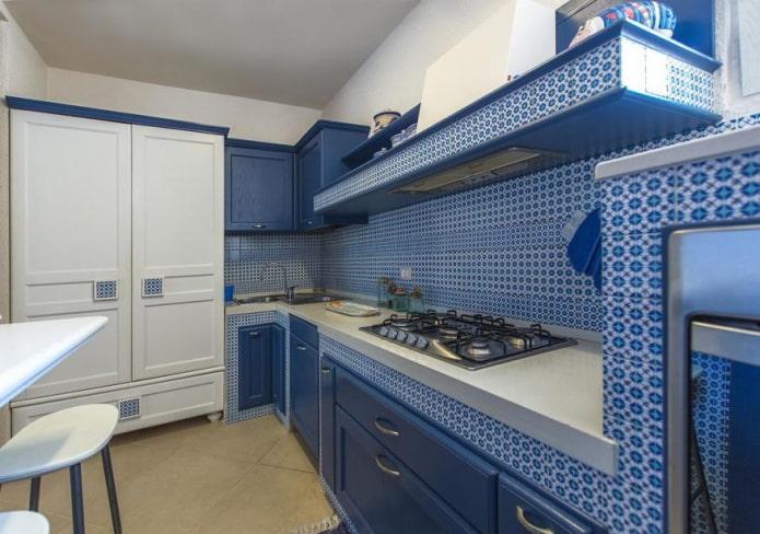 системы хранения в интерьере кухни в синих тонах