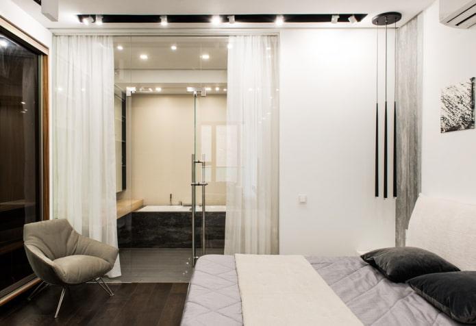 ванная-спальня со стеклянной перегородкой и шторой