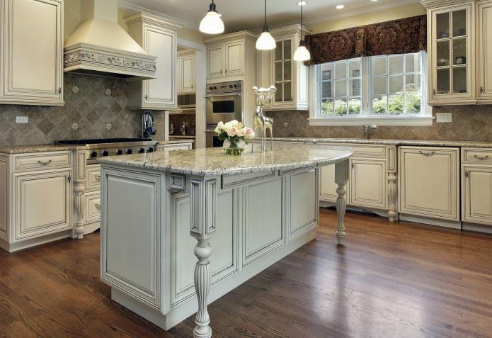 остров в интерьере кухни в классическом стиле