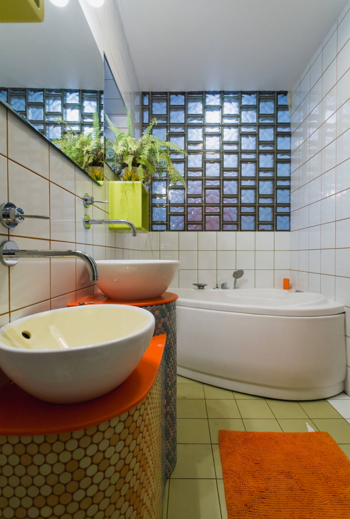 Яркая маленькая ванная