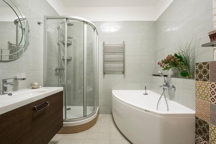 отдельностоящие ванна и душевая