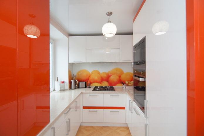 фартук в интерьере кухни в оранжевых тонах