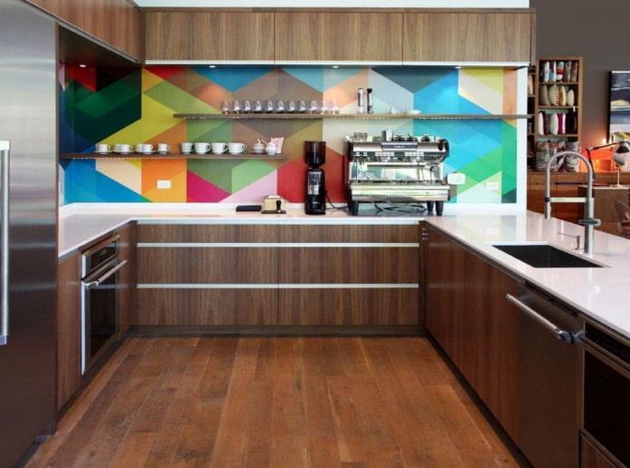 коричневый интерьер кухни с яркими акцентами