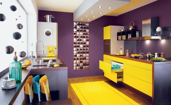интерьер кухни в желто-фиолетовых тонах