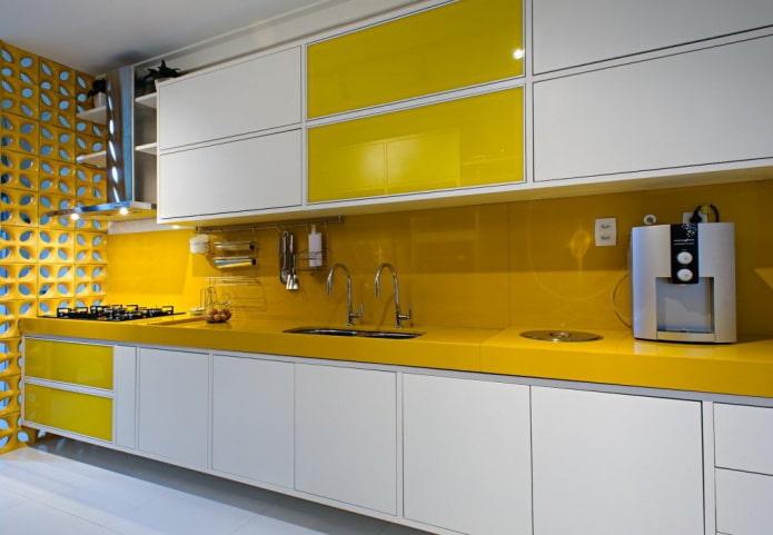 интерьер кухни в желто-белых тонах