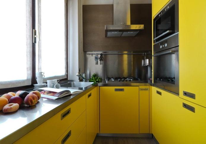 мебель и техника в интерьере кухни в желтых тонах