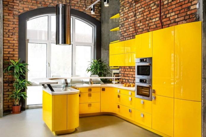 кухня в желтых тонах в стиле лофт