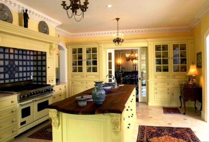 кухня в желтых тонах в классическом стиле