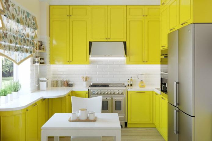 шторы в интерьере кухни в желтых тонах