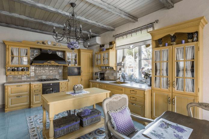 кухня в желтых тонах в стиле прованс