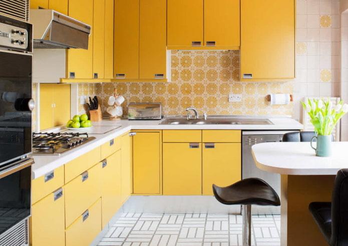 отделка кухни в желтых тонах
