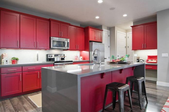 интерьер кухни в серо-красных тонах