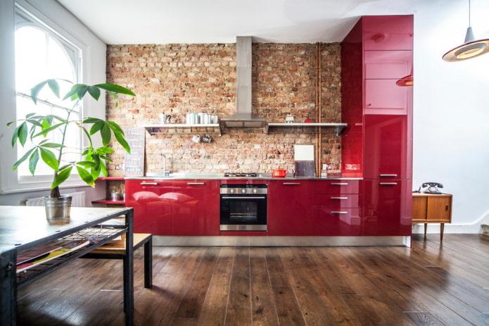интерьер кухни в красно-коричневых тонах