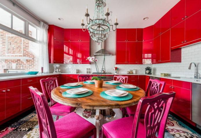 обстановка кухни в красных тонах