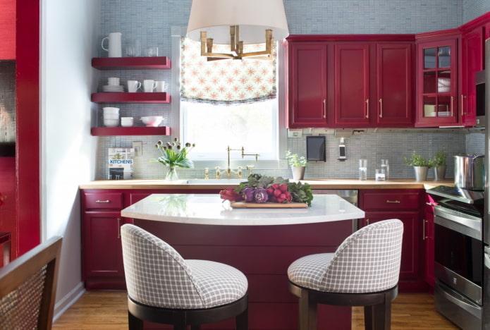 интерьер маленькой кухни в красных тонах