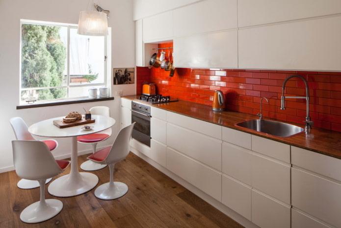 интерьер кухни с акцентами красного цвета