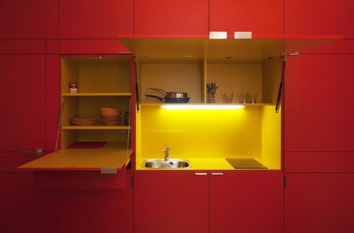 интерьер кухни в желто-красных тонах