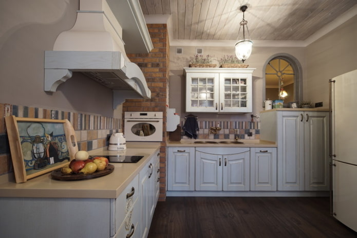 декор и освещение на кухне в деревенской стилистике кантри