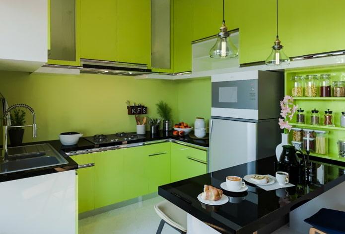 освещение и декор в интерьере кухни в салатовых тонах