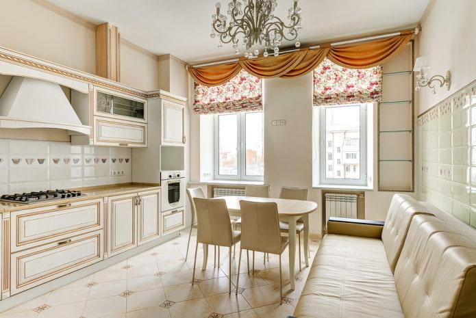 шторы в интерьере кухни в бежевых тонах