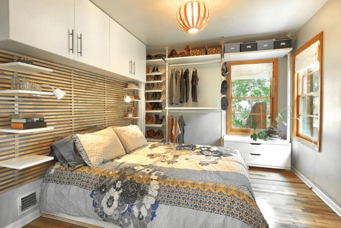 открытая гардеробная в интерьере спальни