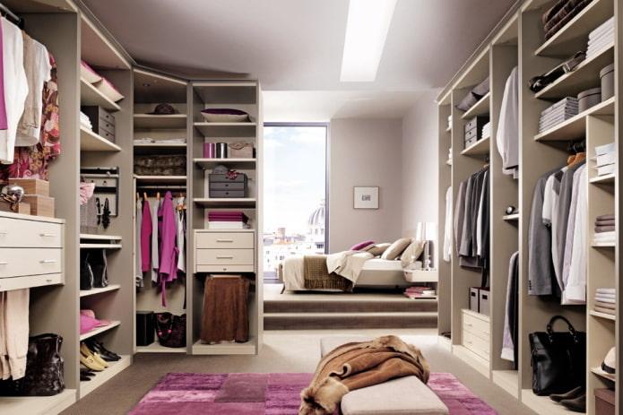 проходная гардеробная в интерьере спальни