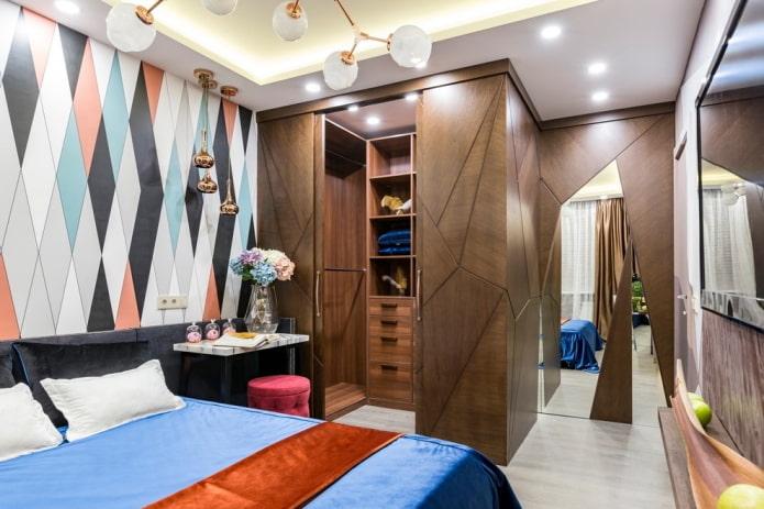 угловая гардеробная в интерьере спальни