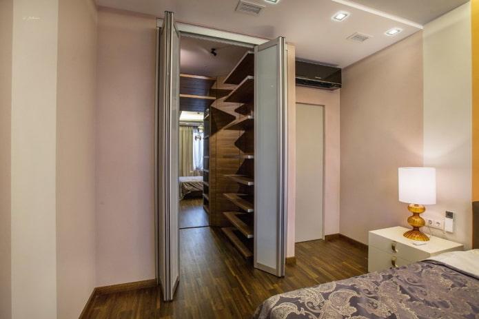 гардеробная в нише в интерьере спальни