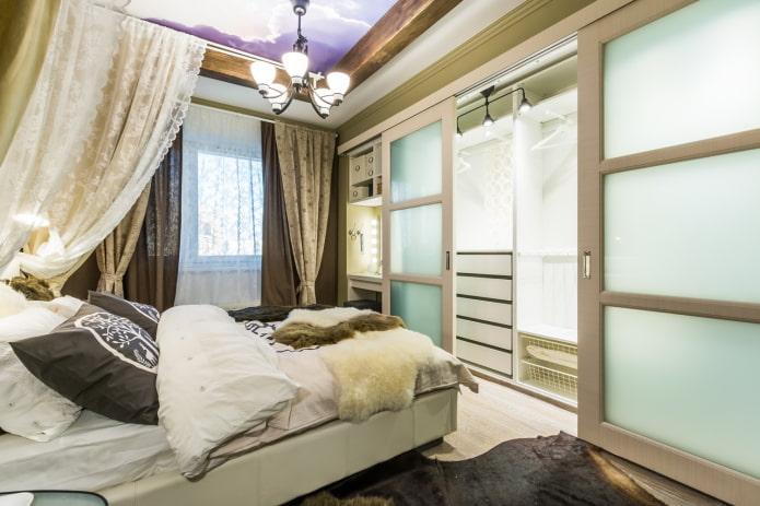 гардеробная в интерьере маленькой спальни