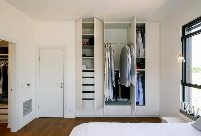 наполнение гардероба в интерьере спальни