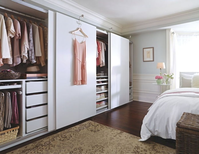 шкаф-гардеробная в интерьере спальни